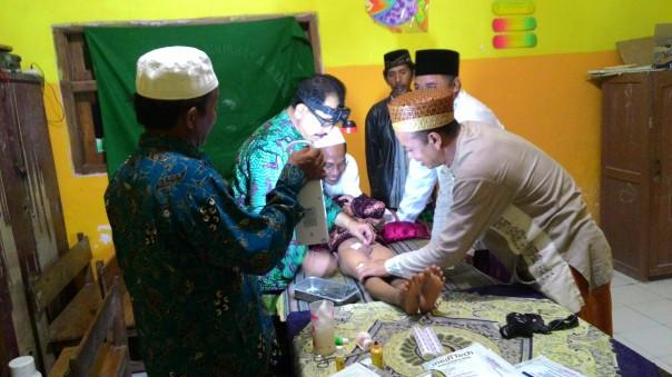 Tim medis Muhibah Ummat saat melakukan sunatan massal gratis