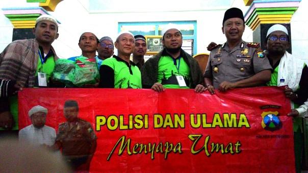 KHR Azaim Ibarhimy, KH. Abdullah Faqih Gufron, Kapolres Situbondo dan peserta Muhibah Ummat 2 di salah satu masjid di desa Kukusan