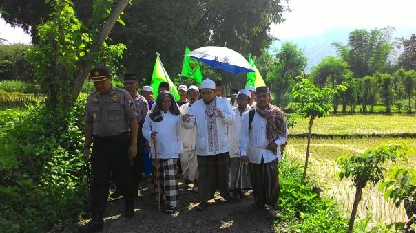 KHR. Azaim, KH. Faqih, Kapolres Situbondo dan peserta muhibbah ummat berjalan kaki dari dusun satu ke dusun lainnya