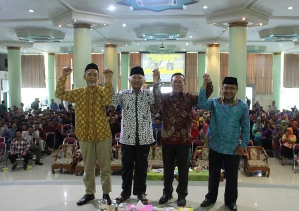 Rektor UII, KH A Musthofa Bisri, H Syafiq, dan Moderator usai Seminar Nasional Sinergi NU Muhammadiyah