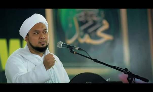 Pengasuh Pondok Pesantren Salafiyah Syafiiyah Sukorejo, KHR Ahmad Azaim Sukorejo